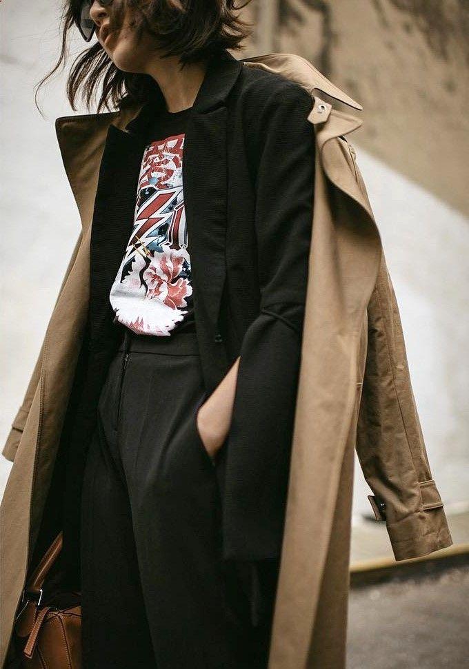 Trench-coat   costume   tee-shirt fantaisie = le bon mix (photo Diana Z)