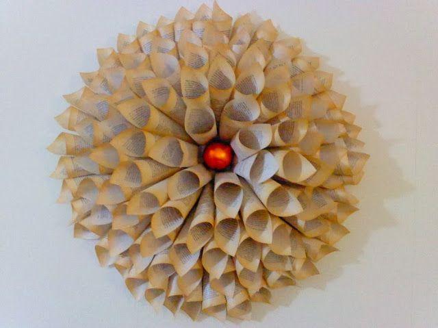 Corona con conos de papel peri dico decoraci n de - Adornos de navidad con papel periodico ...