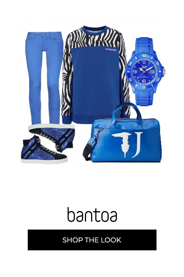 Pantaloni aderenti blu elettrico abbinato a felpa girocollo