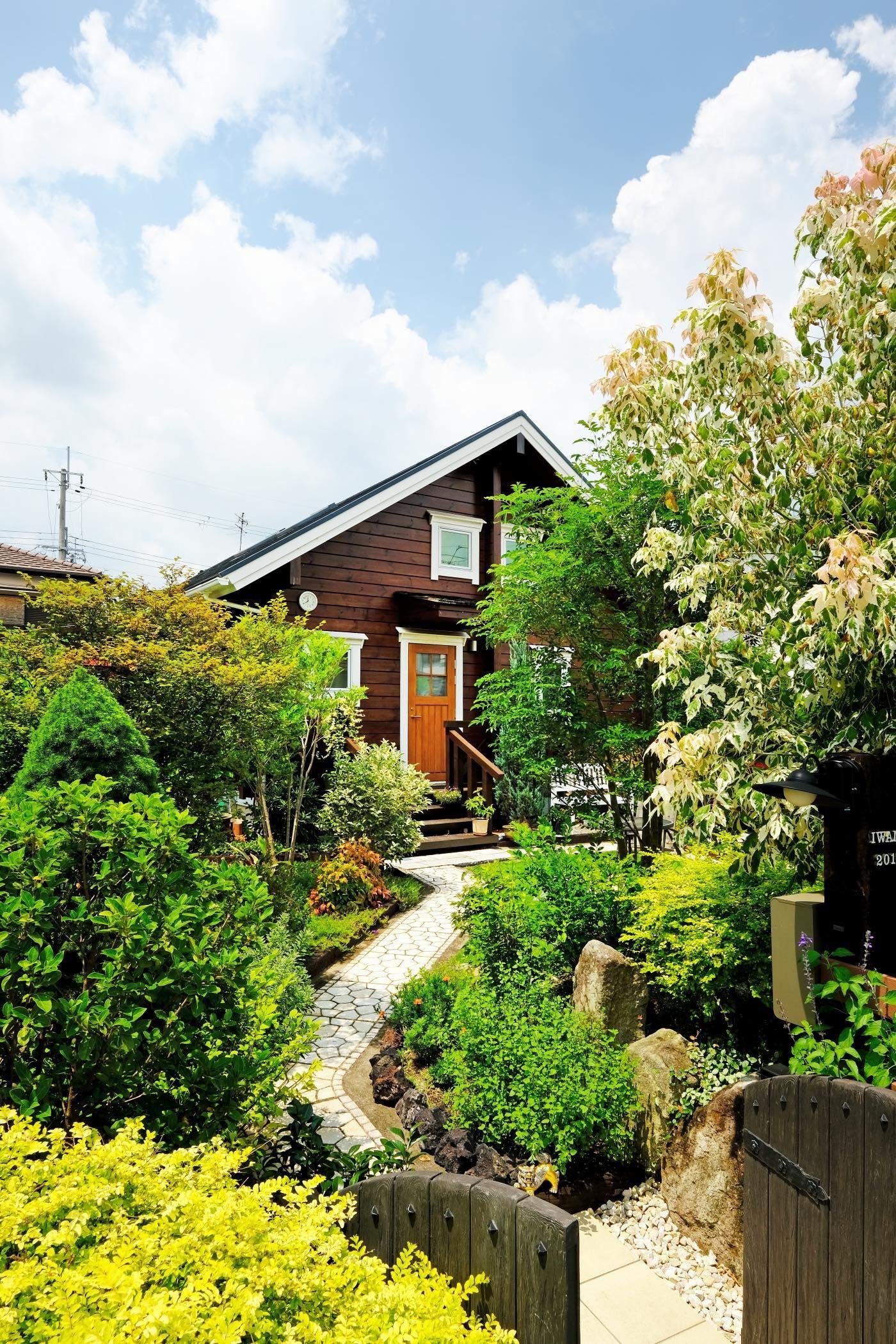 美しい自作のお庭を愛でる住宅街のログハウス エクステリア 庭 ログハウス