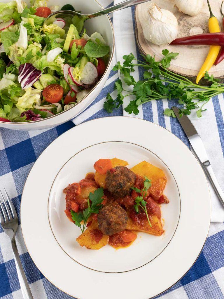 Przepis Izmir Kofte Tureckie Mielone Klopsiki Z Ziemniakami W Sosie Pomidorowym Food Beef Chicken