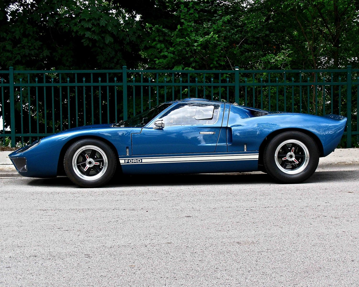 1965 Ford Gt40 This Car Absolutely Dominated Racing In It S Day Ford Almost Purchased Ferrarri In The Late Sixties But Fe Ford Gt40 Ford Classic Cars Ford Gt