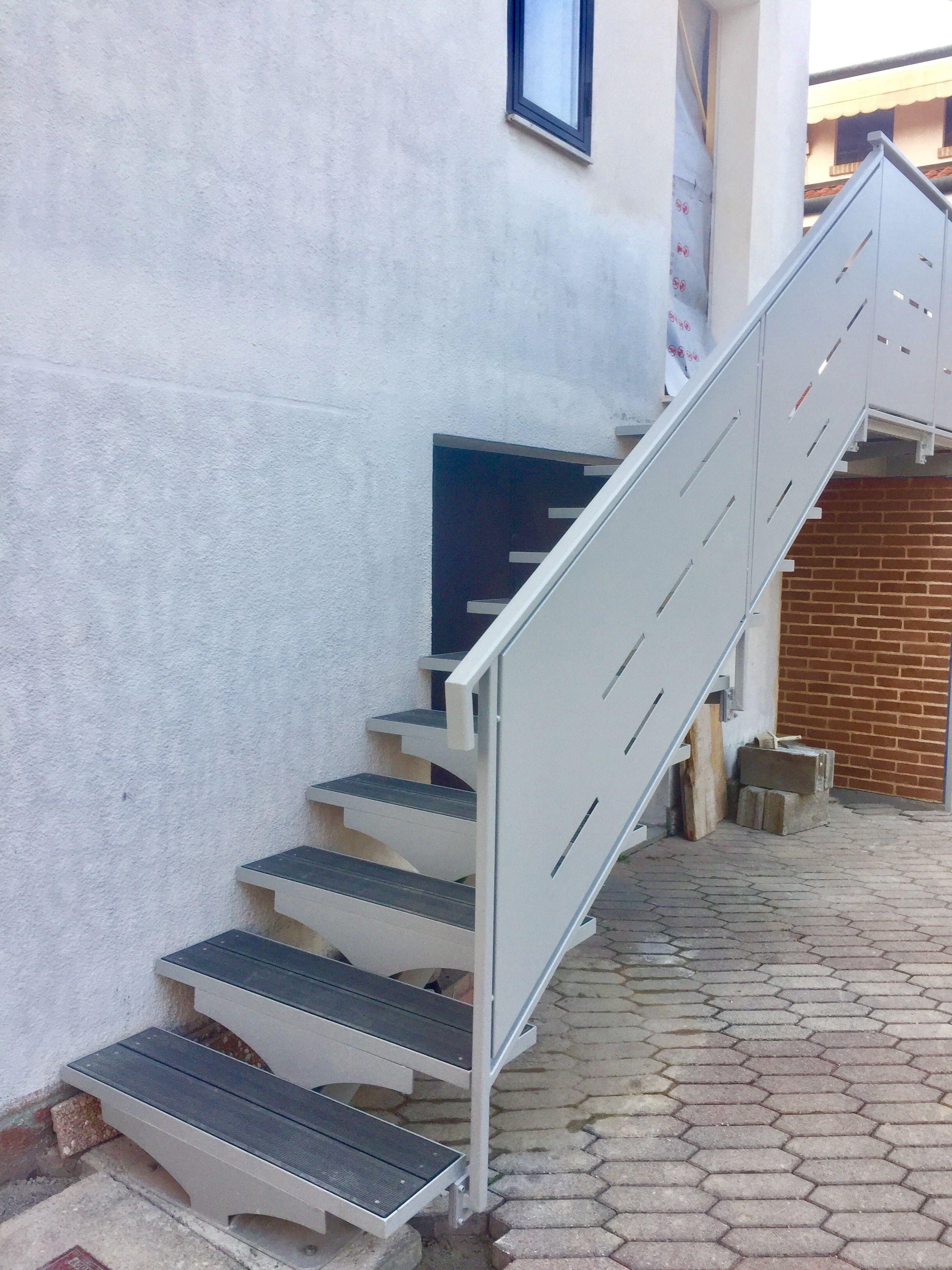 scala da esterno in ferro verniciato argento con parapetto in