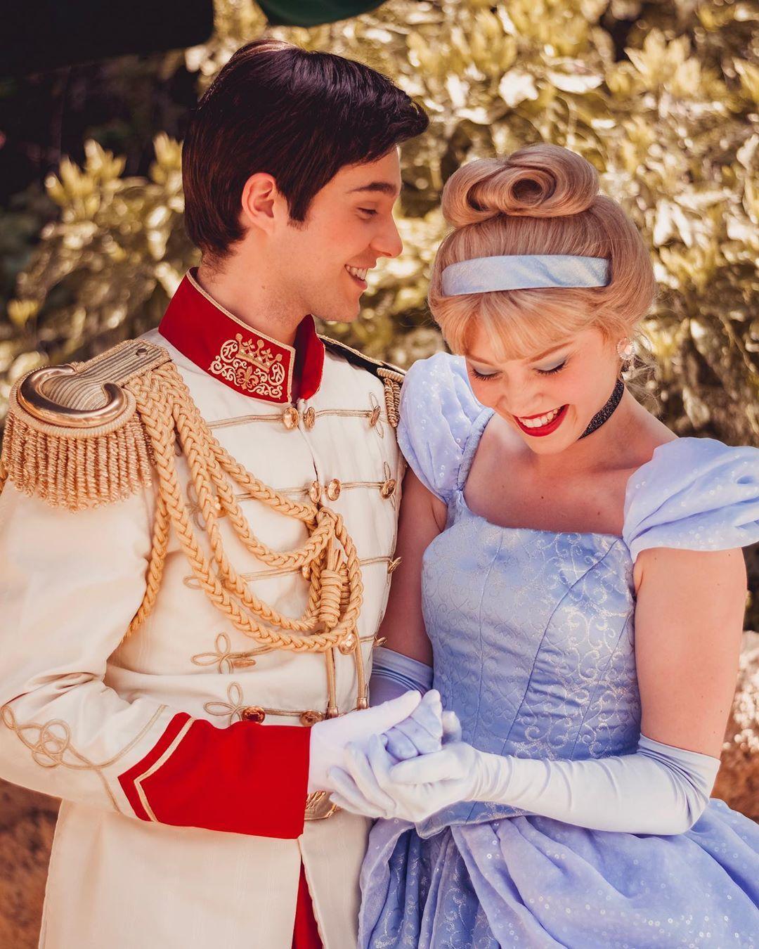 L Image Contient Peut Etre Une Personne Ou Plus Personnes Debout Et Enfant Cinderella Disney Classic Disney Movies Disney Princes Funny