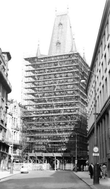 Prašná brána (1229) • Praha, srpen 1961•   černobílá fotografie, z Celetné ulice, oprava, lešení  • black and white photograph, Prague 