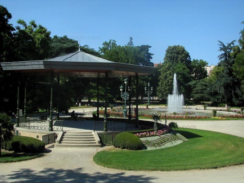 Toulouse: Jardin du Grand Rond : kiosque à musique, bassin avec jets ...