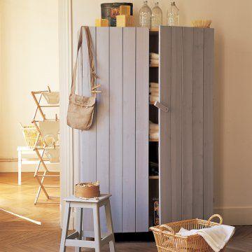 Une armoire habillée de planches de bois Laundry