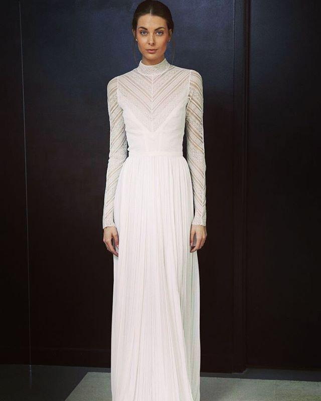 La manga larga en este vestido es la perfección absoluta • Vestido @j_mendel  #wedding #weddinginspiración #weddingdress #dress #bridalcouture #bridaldress #desingner