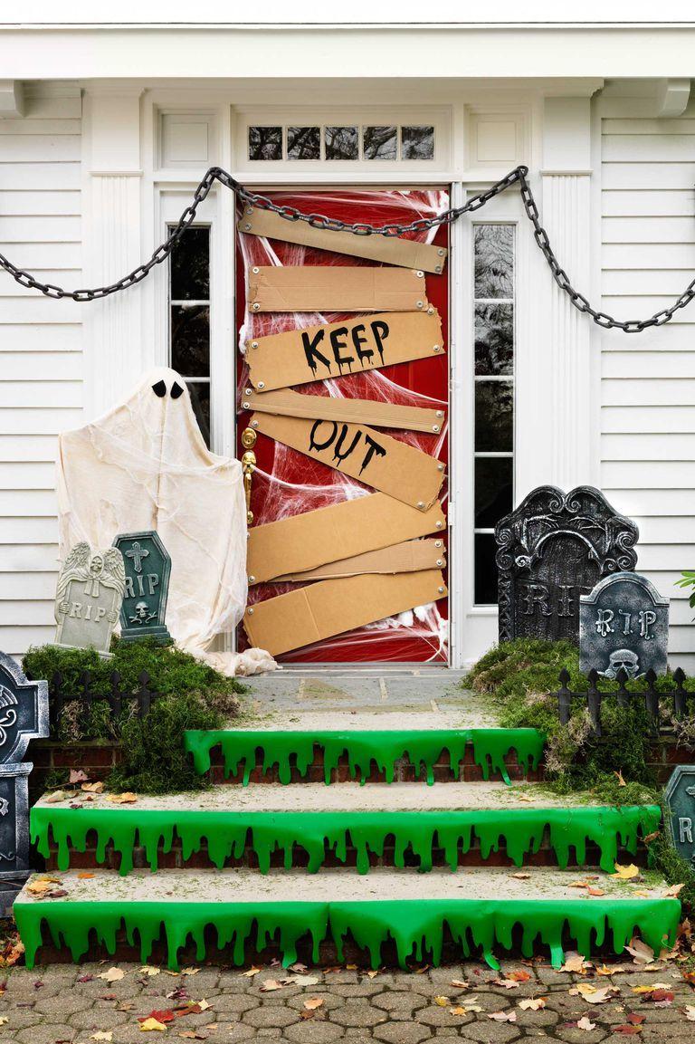 35+ Spooky Outdoor Halloween Decorations Your Yard Needs