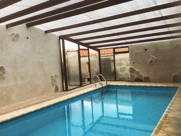 Vila salobrejo piscina cubierta casa rural el reloj for Casa rural con piscina cubierta