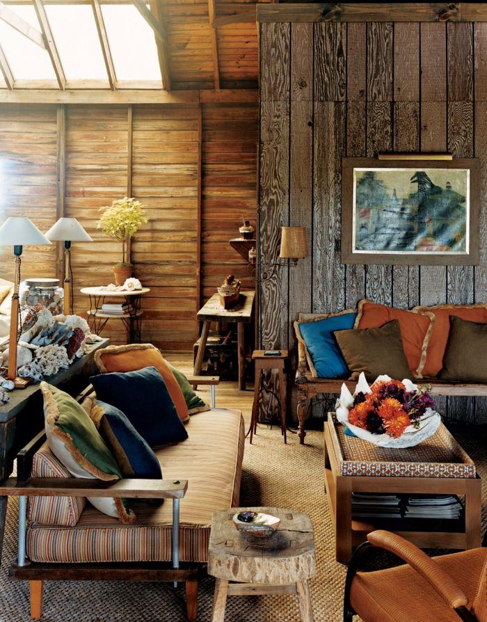 decoracion de salones, sofá con cojines multicolor, paredes de - decoracion con madera en paredes