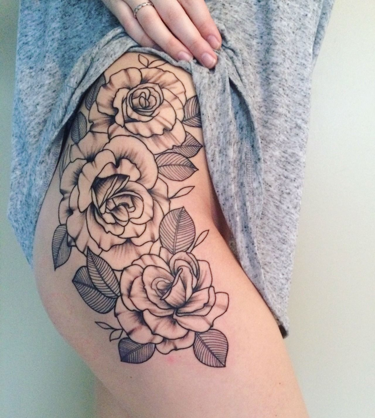 rose thigh tattoo pinterest tatouage tatouage hanche et tatouage cuisse. Black Bedroom Furniture Sets. Home Design Ideas