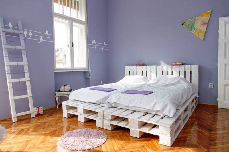Un meuble en palette de bois pour chaque pi ce de la for Voir chambre a coucher adulte