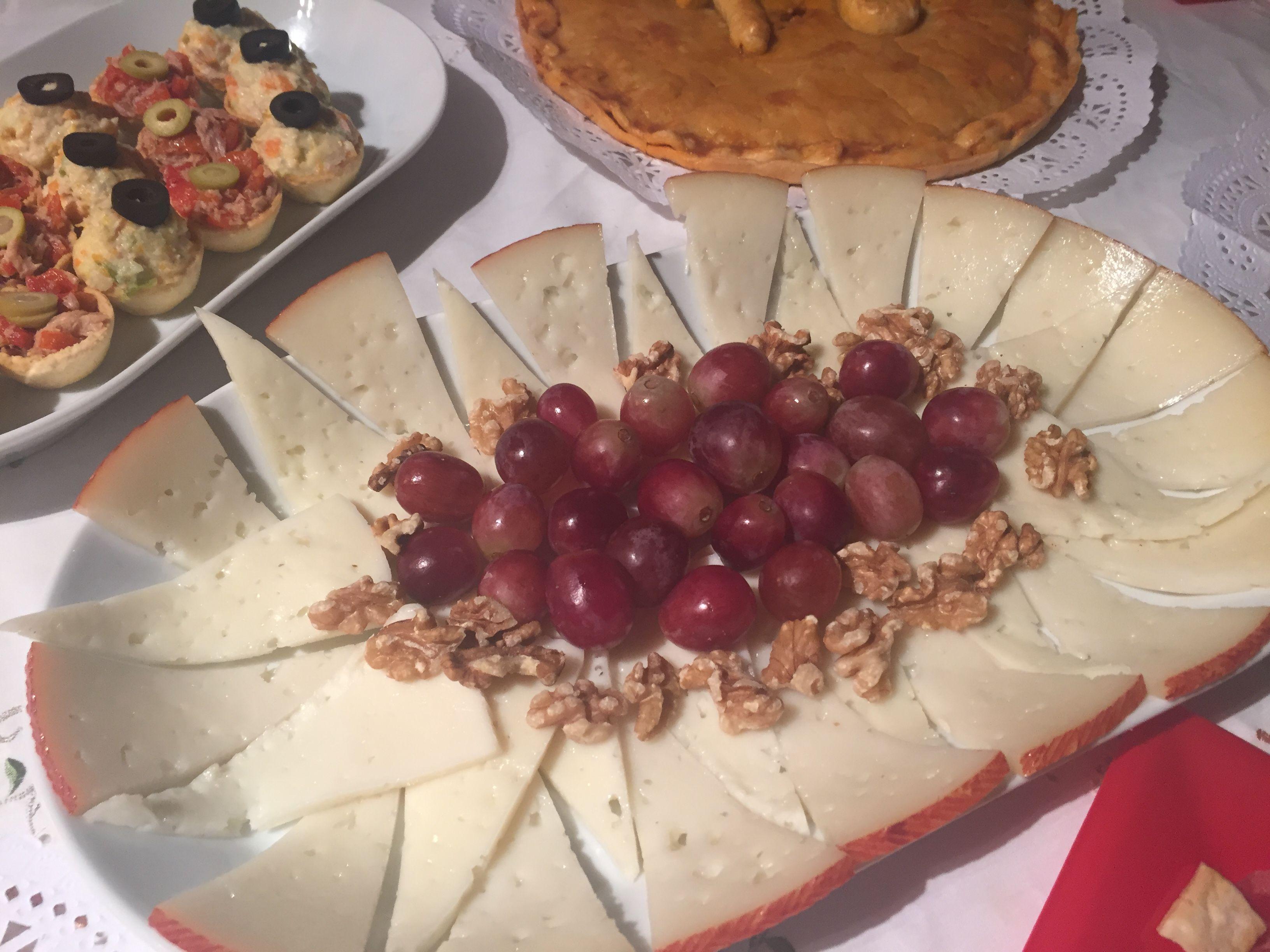 Queso de cabra y queso tierno con uvas y nueces