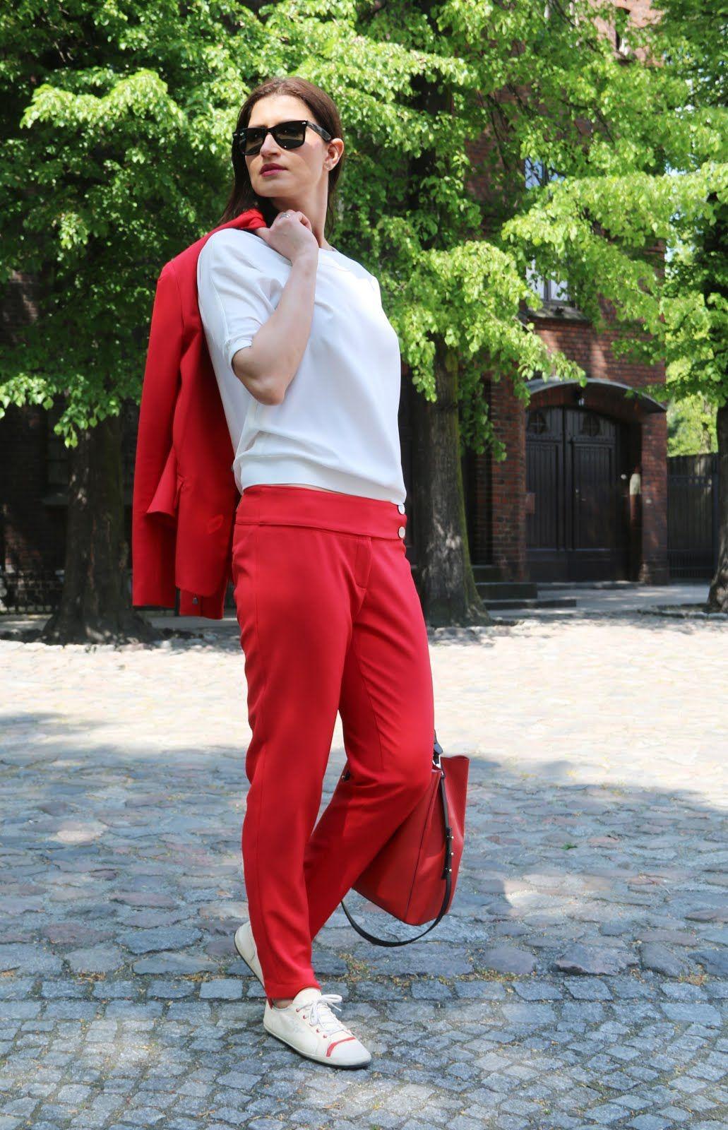 Office Style Czerwony Garnitur I Biale Trampki Spring Street Style Street Style Spring Fashion