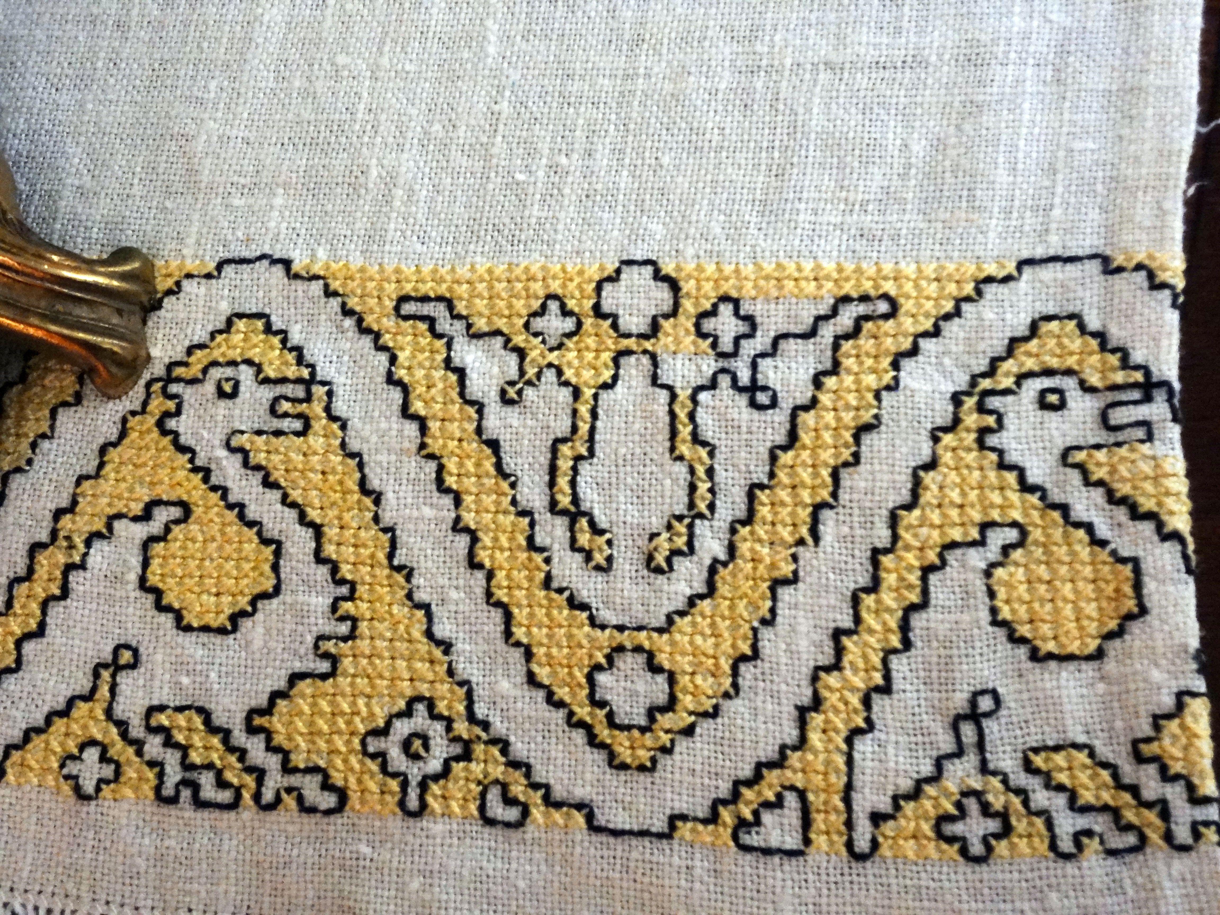 Bordado en punto de cruz de color amarillo bordadosganchilloypunto.blogspot.com.es