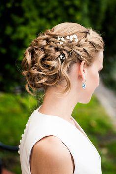 Coiffures pour un mariage de printemps | Coiffure mariage, Chignon tressé mariage et Coiffure mariée
