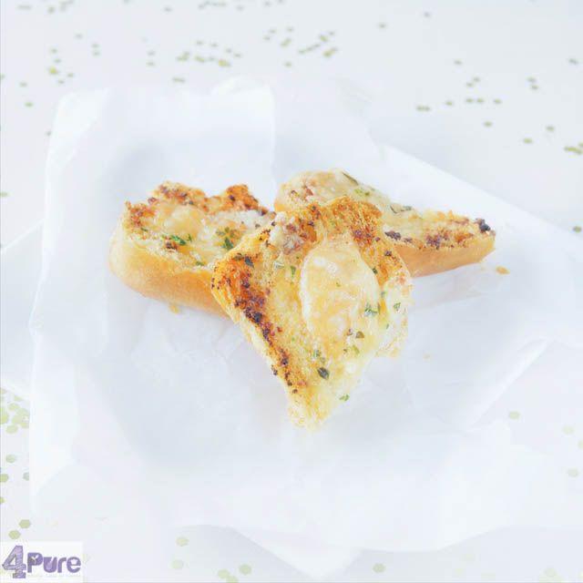 Garlic bread, an appetizer that always is great on New Years Eve. Recipe in English.  Knoflookbrood, een hapje dat er altijd ingaat op Oudejjaarsavond. Het recept ook in het Nederlands #hapjesoudejaarsavond
