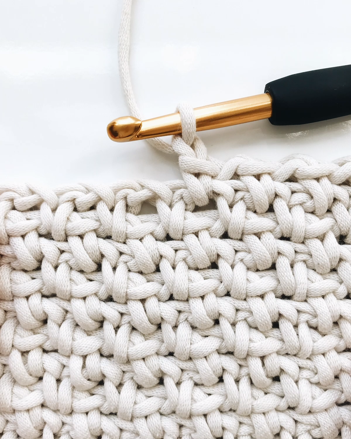 Super easy crochet blanket with written + video instruction. Includes 16 finish sizes so you have all the info you need to make a baby blanket, a king size blanket, and everything in between. All patterns are buy 2 get 1 FREE on debrosse.com.