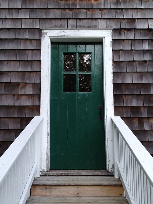 love the wood shake paired with the emerald door / via SCOUTu0027S HONOR Co.™ & love the wood shake paired with the emerald door / via SCOUTu0027S HONOR ...
