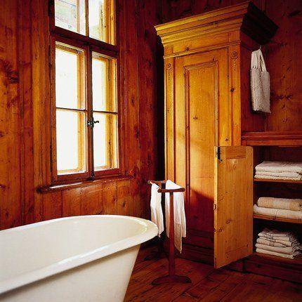 Salle de bains toute en bois de sapin blond avec baignoire blanche en fonte maill e dans le - Salle de bain toute blanche ...