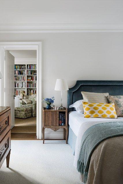 Bedroom with wooden furniture and velvet headboard Muebles de