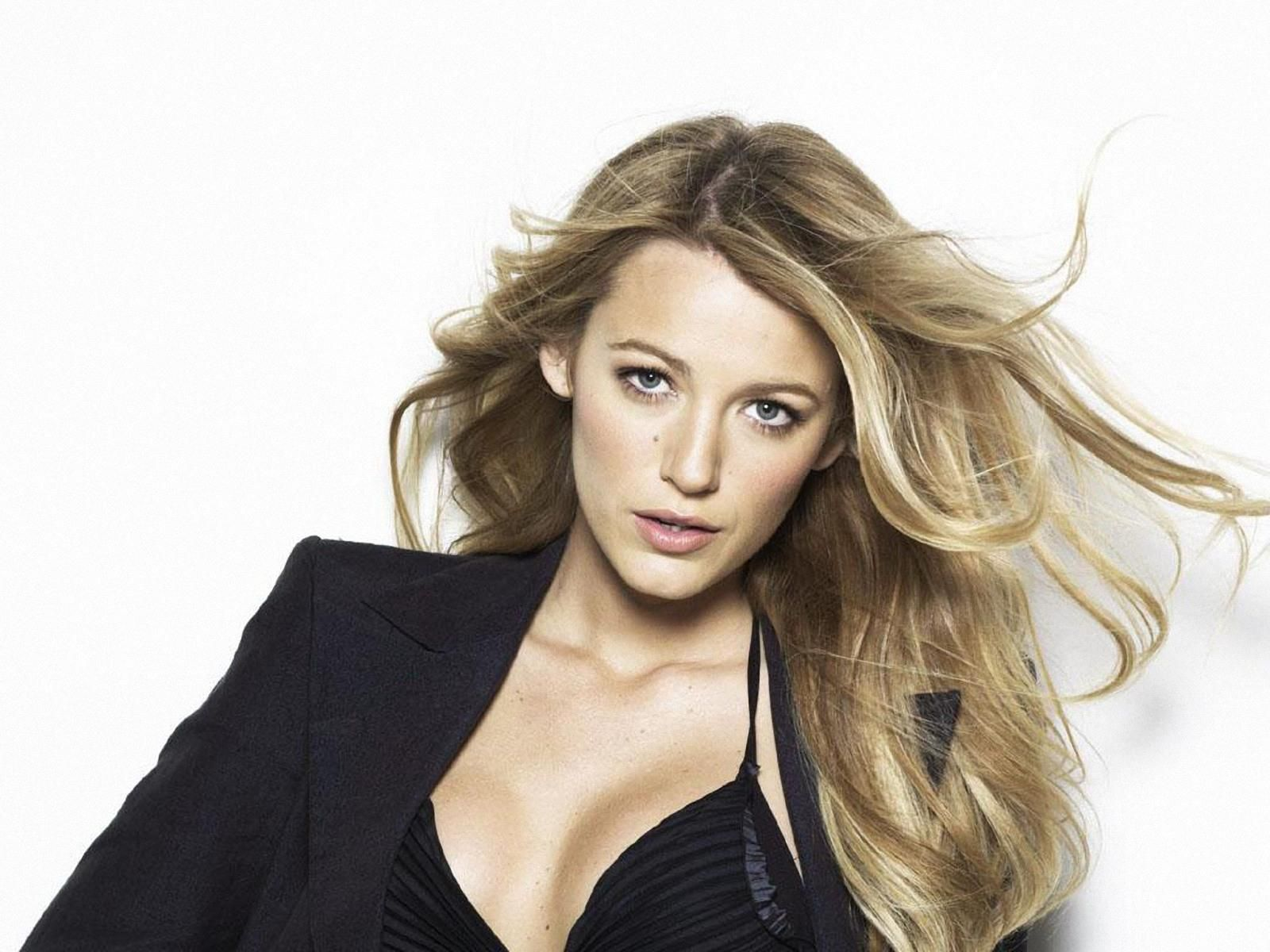 Courtly Blake Lively ...Plush waist to hips ratio...