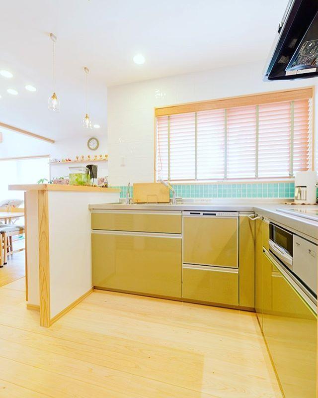 タイルのブルーとキッチンのマスタードの色の組み合わせが素敵なキッチンです 使い勝手もバツグン お客様こだわりのキッチンに仕上がりました 吉住工務店 注文住宅 マイホーム インテリア 新築 家 建築 住宅 Interior 工務店 マ インテリア