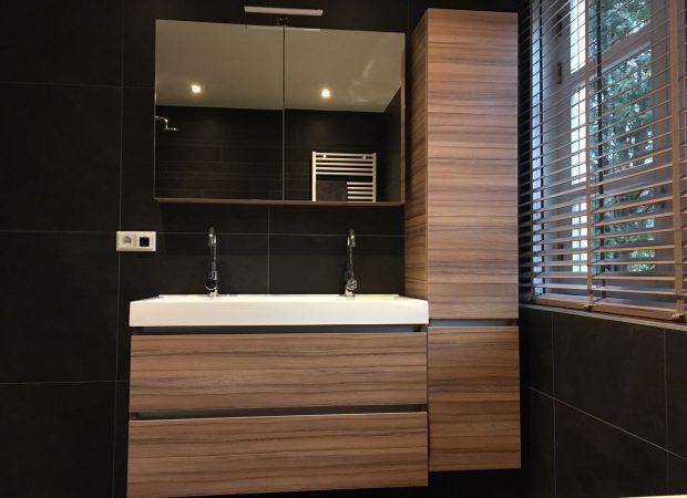 Badkamer voorzien van een complete serie donkere tegels. Ondanks de ...