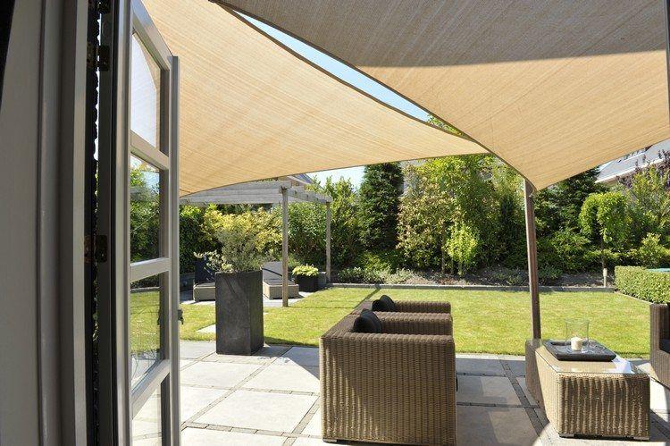 Sonnensegel über Rattan Sitzmöbel Auf Der Terrasse