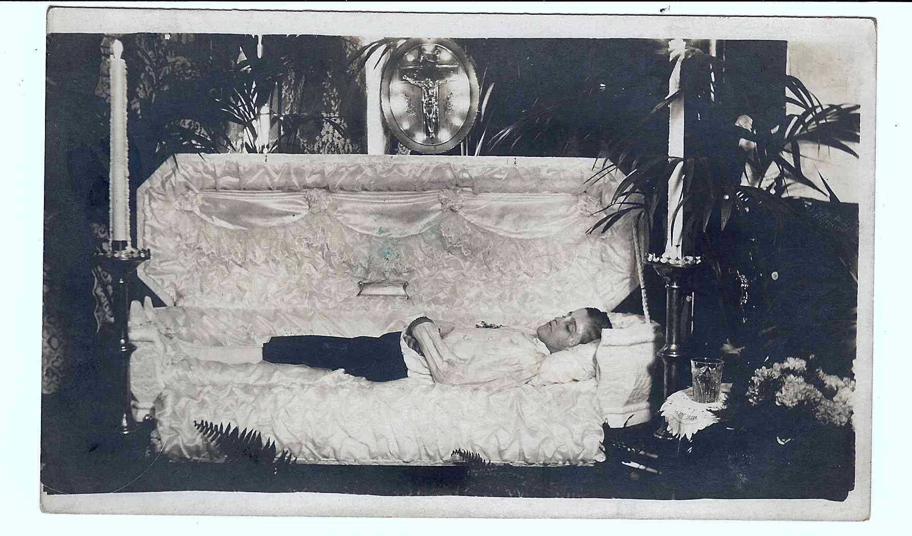 accident victim in coffin Dec 1915.jpg (1785×1049)