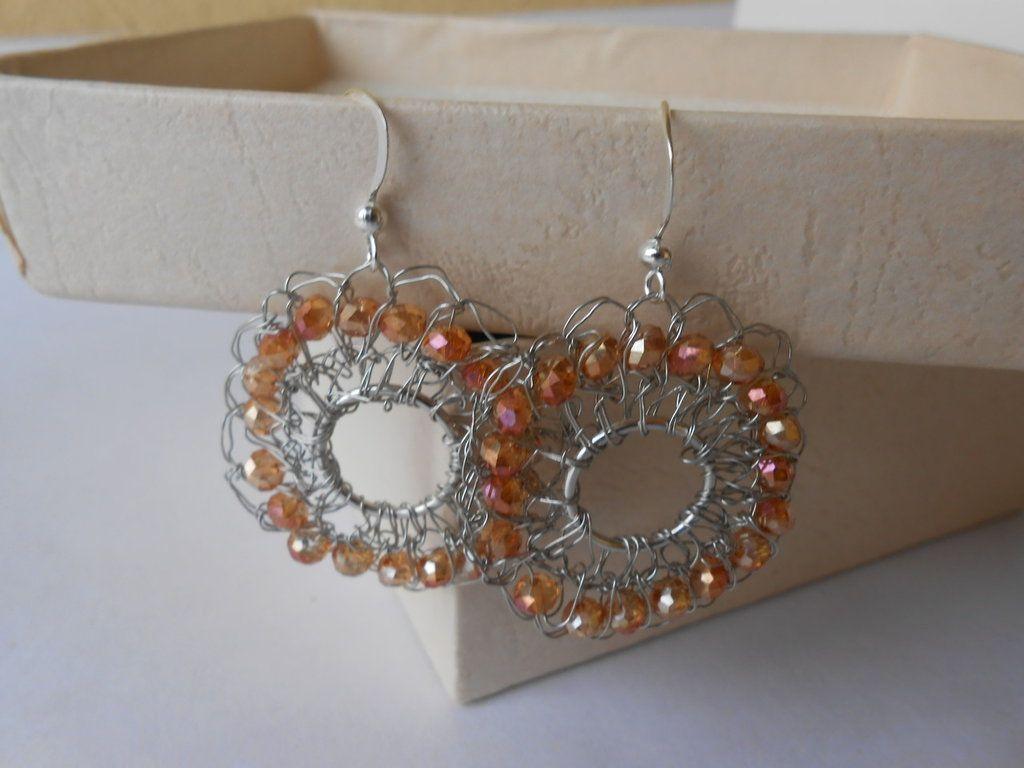Orecchini  pendenti  fatti a mano all'uncinetto con metallo colore argento e cristalli arancioni , idea regalo., by Le gioie di  Pippilella, 7,00 € su misshobby.com
