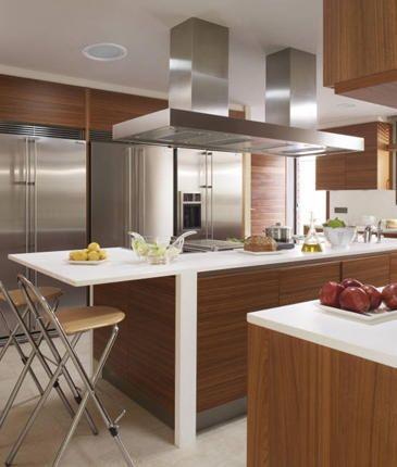 Cocina Meson En Quarztone Blanco Con Carpinteria En Material Pre Establecido Color Madera Decoracion De Cocina Moderna Decoracion De Cocina Cocina Madera