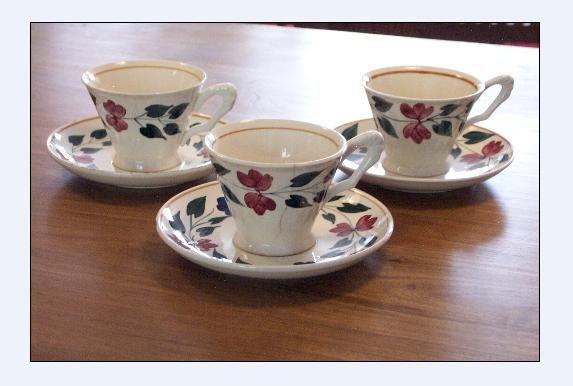 Hoge kop en schotels koffiekopjes