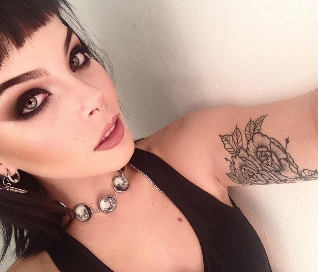 """2,707 Me gusta, 22 comentarios - SARA QUINTERO • AZARAMAKEUP (@azaramakeup) en Instagram: """"🌺🌺🌺"""""""