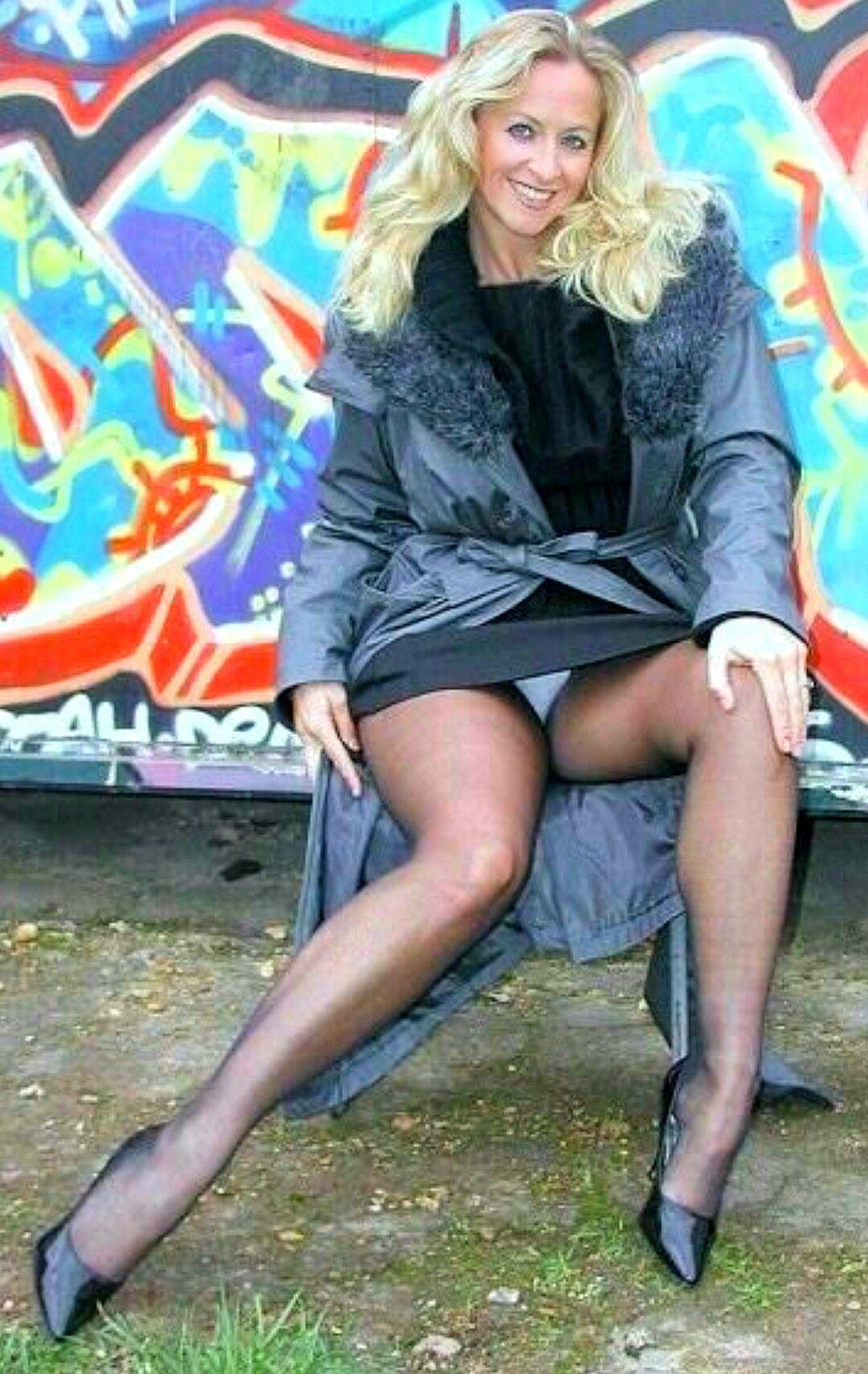 Große reife Blondine mit heißen starken Beinen