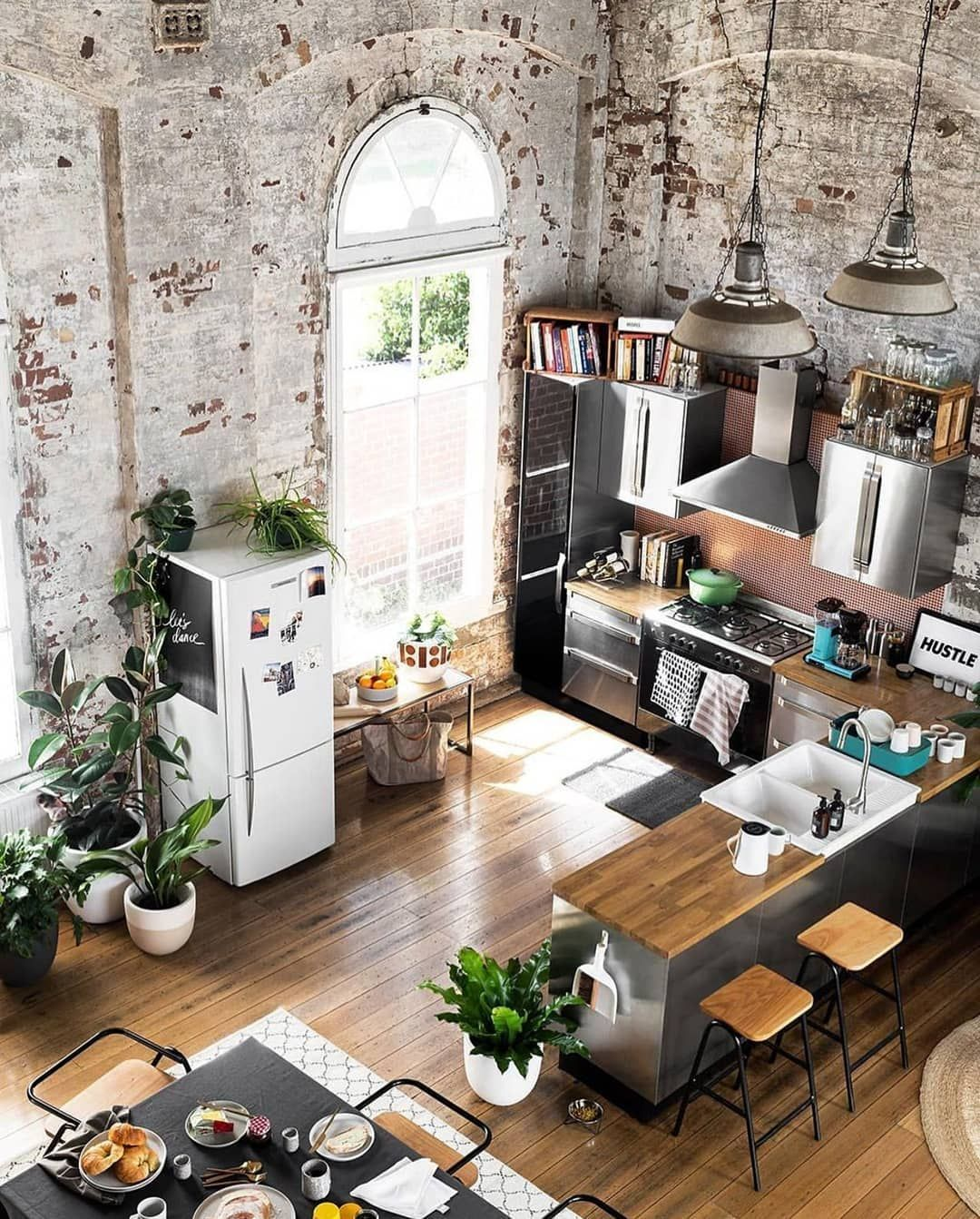 Desain Interior Dapur Dan Ruang Makan Minimalis Tanpa Sekat Dengan Sentuhan Industrial Chic Yang Nengesankan Gaya Rust Home Decor Websites Home Interior Design