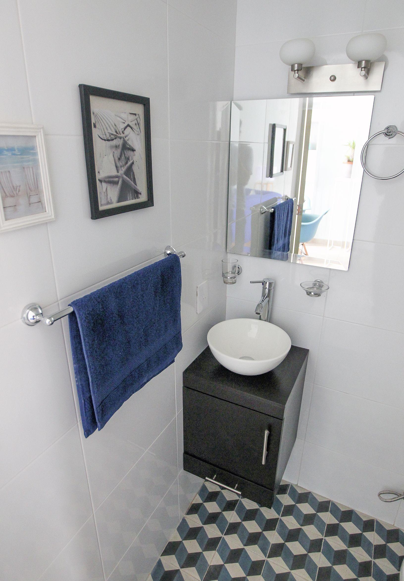 Ba o con pisos en azules contrastes en blanco bluebathroom mosaicos estudiovictoria loop - Banos con azulejos azules ...