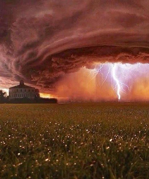 夕焼け空に発生した竜巻と稲光の画像