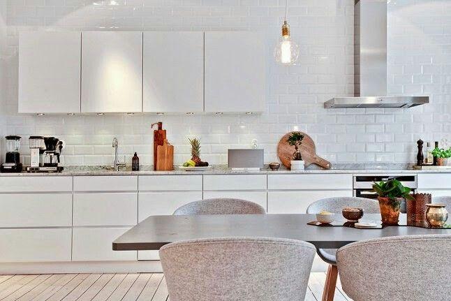 Cocina nordica blanca y gris parquet azulejos metro for Azulejo metro cocina