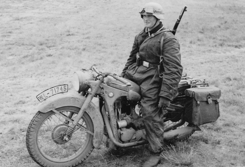 piloto alemán de aviapolevyh partes de la Luftwaffe en la motocicleta BMW R35. matrícula indica que pertenece al distrito 7 de la aviación (Luftgau-Kommando VII).            Немецкий мотоциклист из авиаполевых частей Люфтваффе на мотоцикле BMW R35. Номерной знак указывает на принадлежность к 7-му авиационному округу (Luftgau-Kommando VII).