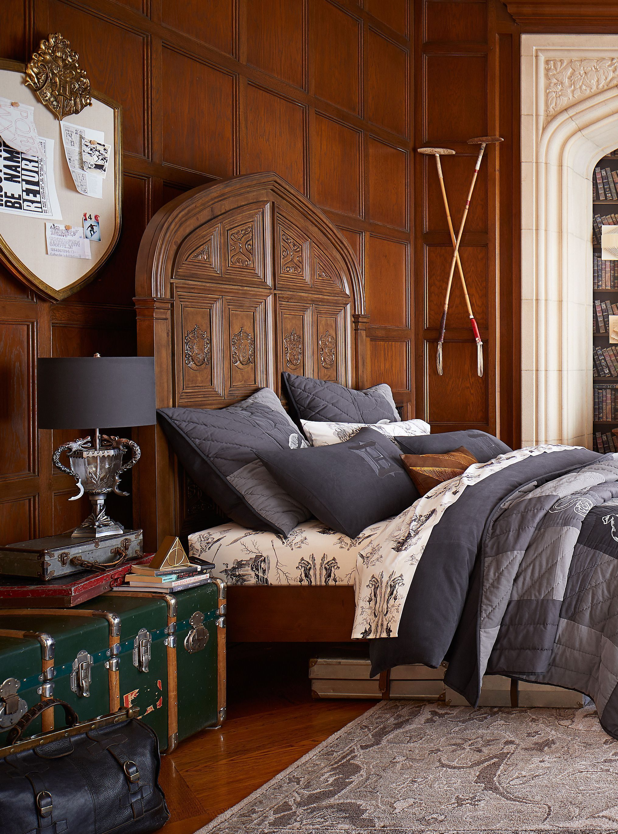 harry potter headboard on harry potter home decor just landed at pottery barn just harry barn chambre harry potter chambre deco pinterest