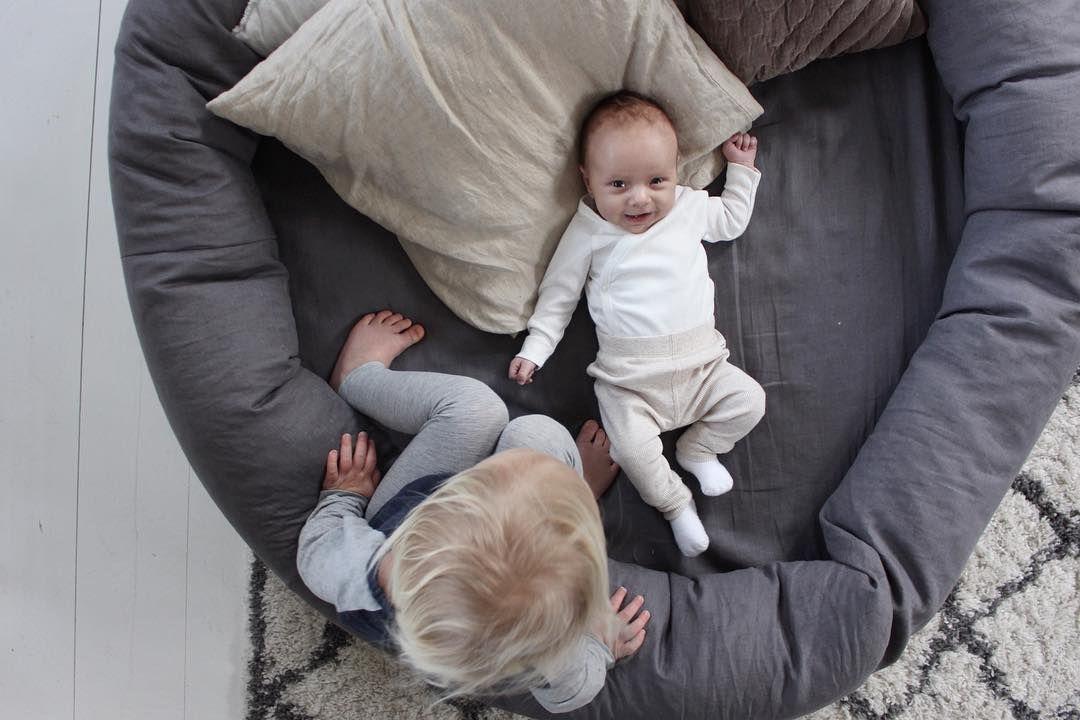Habitación infantil en gris y blanco
