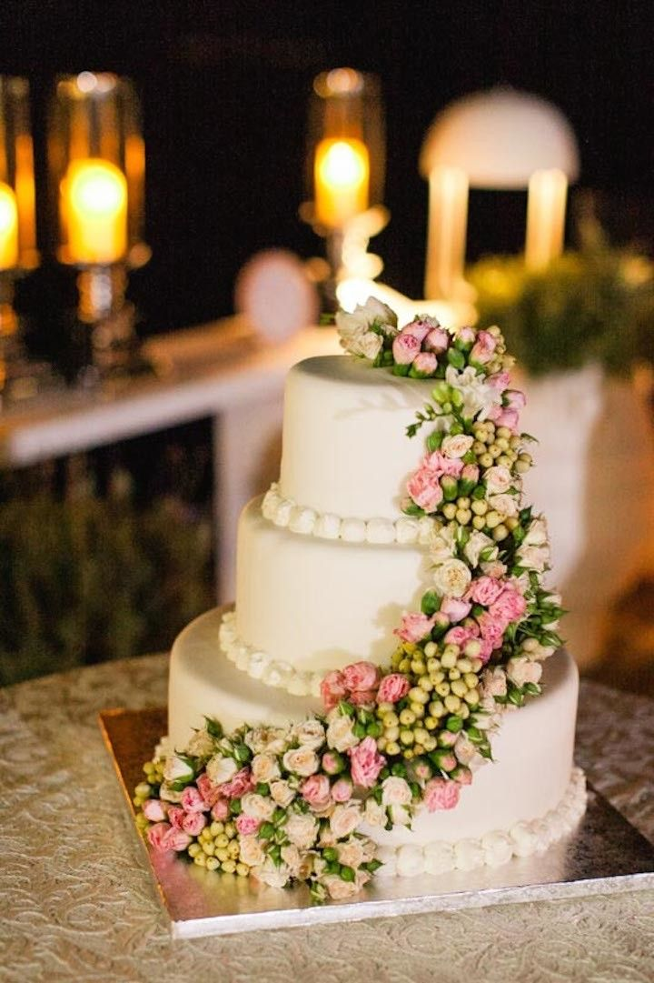 Chic flower wedding cake idea; photo: Roberta Facchini