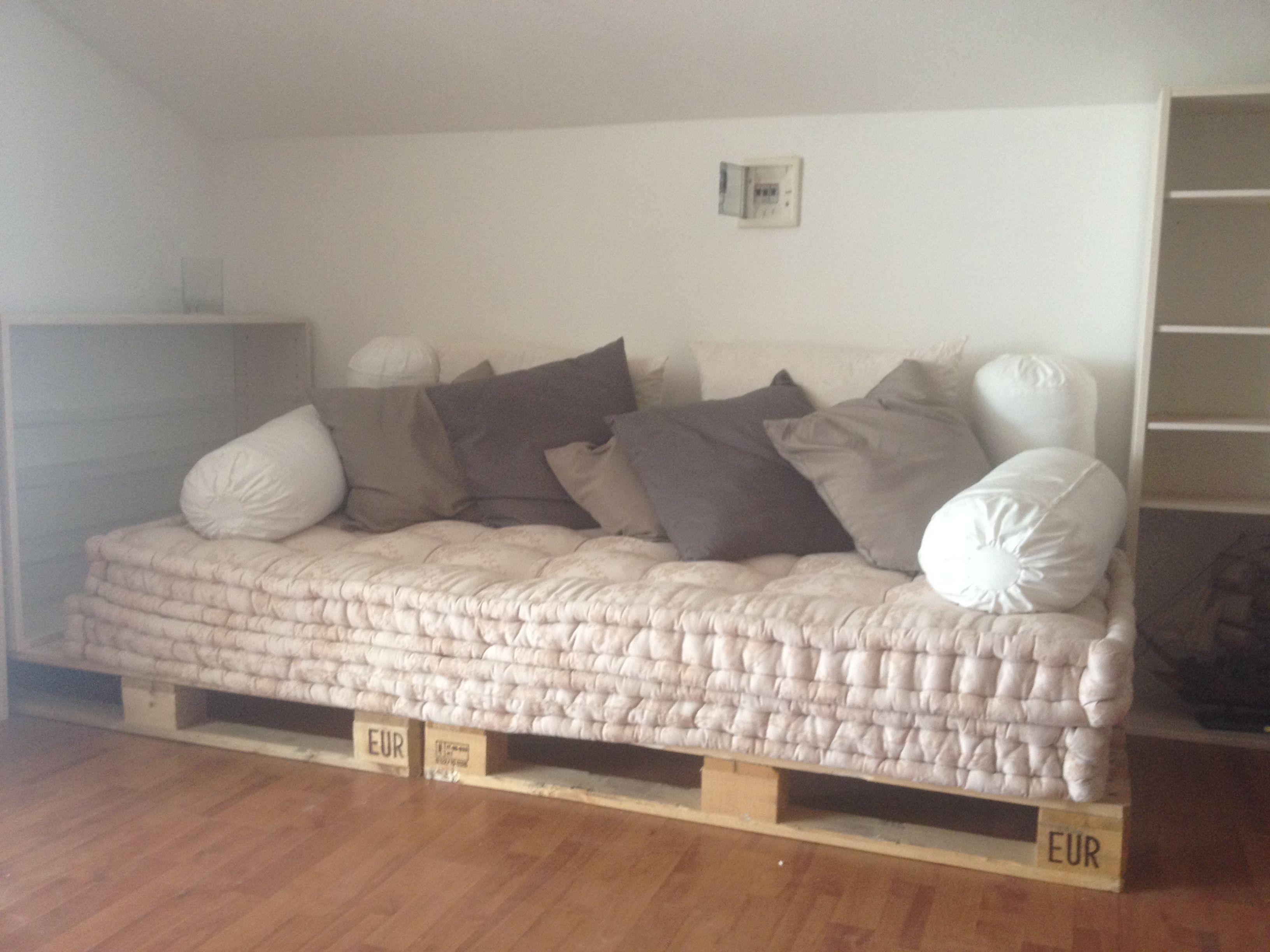 Divano con bancali materassi di lana e cuscini ikea for Materassi x divano letto