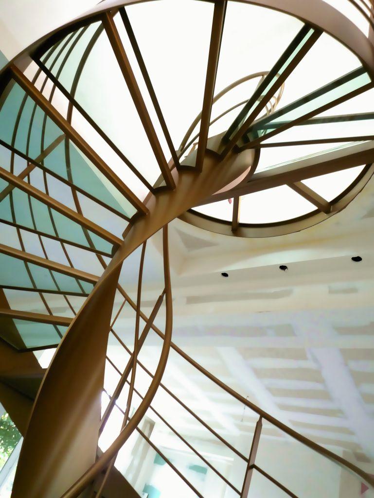 Escalier design hélicoïdal dessiné et réalisé par Jean Luc Chevallier pour Lastylique.