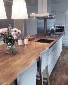 Ein riesiger Küchenblock, an dem man auch gemütlich sitzen kann. IKEA macht's möglich