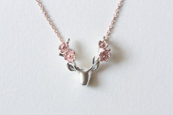 Für ein Glam und romantischen Look wird dieser entzückenden Sterling Silber Hirsch mit Blumenkette ein gewisses Maß an Leidenschaft hinzuzufügen, zu was auch immer Sie tragen. Handwerkliche Qualität und nur die besten Materialien macht diese Sterling Silber-Kette ein einzigartiges Stück