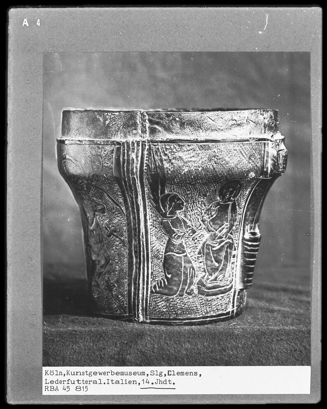 http://www.bildindex.de/bilder/MI01695a04a.jpg Case, 14th century Italy