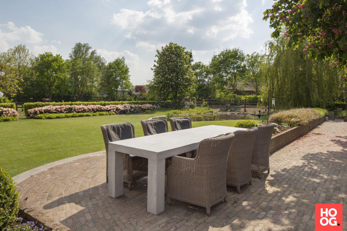 Grezzo de klassieke grezzo tafel in een strakke landelijke tuin